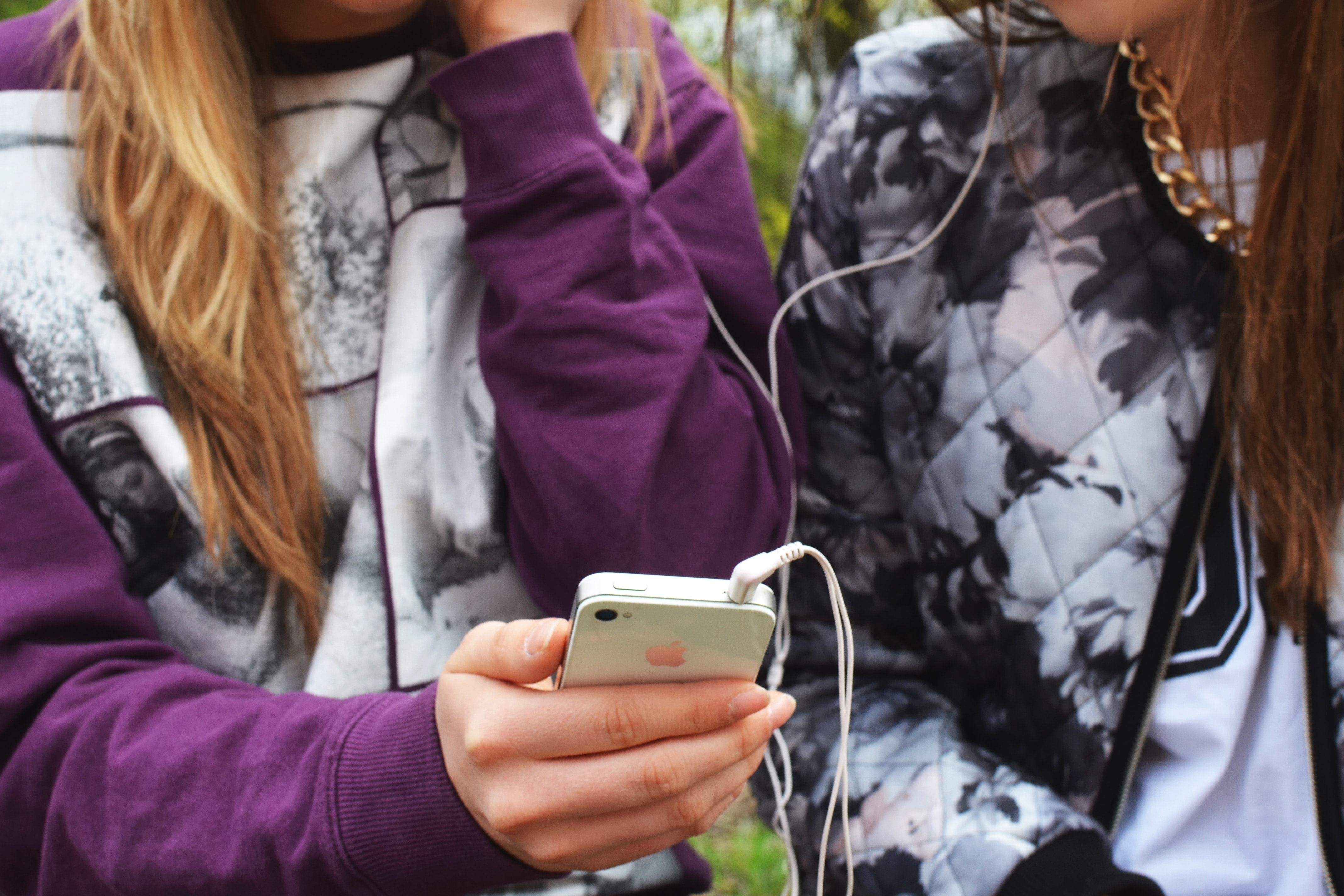 earphones-friends-friendship-3086